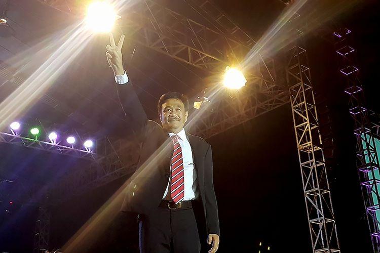 Gubernur DKI Jakarta Djarot Saiful Hidayat mengangkat kedua jarinya sebagai simbol damai saat acara Kaleidoskop dan Terima Kasih Gubernur 2012-2017, di Lapangan Banteng, Jakarta, Sabtu (14/10/2017). Kegiatan tersebut diselenggarakan sebagai penyampaian apresiasi kepada Gubernur DKI Jakarta periode 2012-2017 yang dipimpin Jokowi, Ahok, dan Djarot.