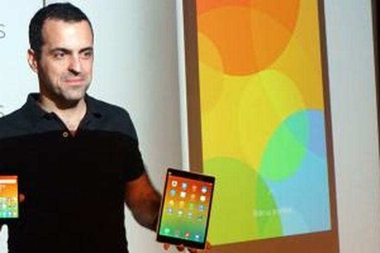 Wakil Presiden Xiaomi Hugo Barra memperkenalkan ponsel Android Xiaomi Redmi 2 dan tablet Mi Note di Jakarta, Rabu (1/4/2015).