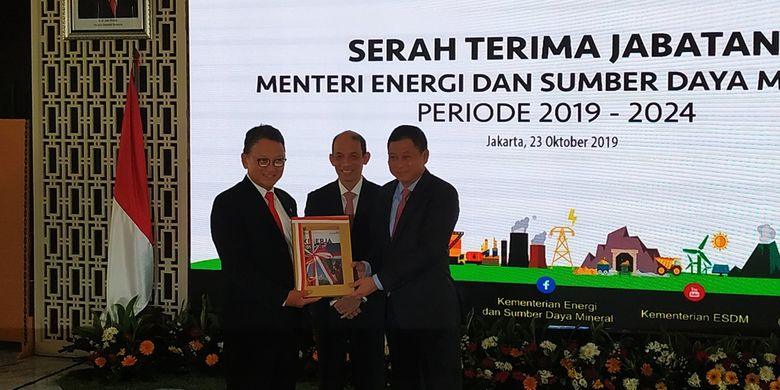 Menteri Energi dan Sumber Daya Mineral (ESDM) yang baru Arifin Tasrif(kiri) dan Ignasius Jonan (kanan) berfoto bersama usai serah terima jabatan (Sertijab) di Ruang Sarulla, Gedung Chairul Saleh, Kementerian ESDM, Jakarta, Rabu (23/10/2019).