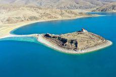 Biksu Penyendiri di Dunia Tinggal di Kuil Tengah Danau Jauh dari Peradaban