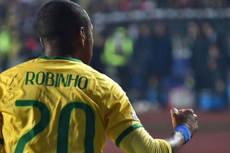 Selebrasi Robinho saat membawa Brasil unggul 1-0 atas Paraguay pada perempat final Copa America 2015, Sabtu (27/6/2015).