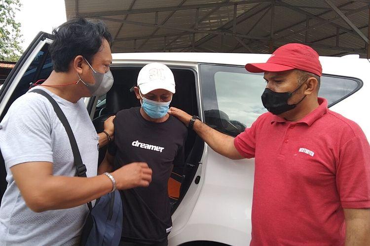 Satuan Reskrim Polres Baubau, Sulawesi Tenggara, mengamankan seorang calo surat vaksinasi dan swab antigen palsu berinisial AR (tengah) di sekitar Pelabuhan Murhum, Baubau.