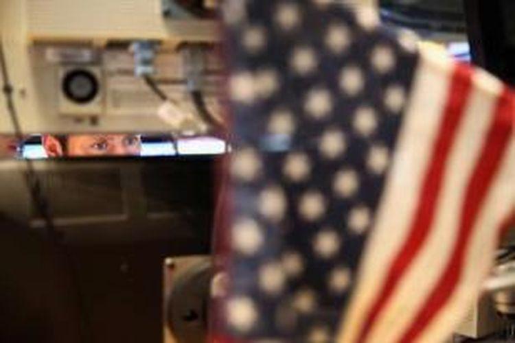 Pedagang saham membuat transaksi di menit terakhir menjelang bel penutupan di New York Stock Exchange, 27 Agustus 2013 di New York City. Indeks Dow Jones Industrial Average turun 170 poin di tengah kekhawatiran kemungkinan serangan AS terhadap Suriah.