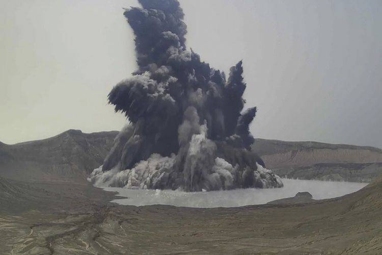 Foto dari video oleh Institut Vulkanologi dan Seismologi - Kementerian Sains dan Teknologi Filipina, menunjukkan letusan Gunung Taal di provinsi Batangas, pada Kamis (1/7/2021). Gunung berapi kecil di danau dekat Manila ini meletus dan mengeluarkan gas beracun. sehingga sekitar 2.000 warga harus mengungsi.