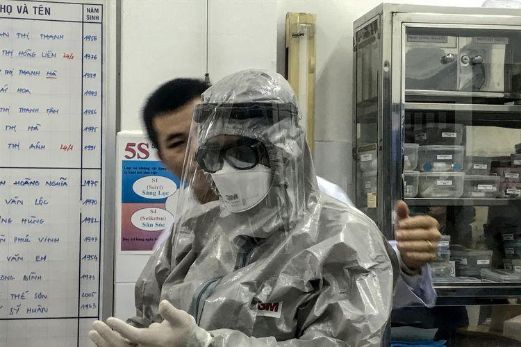 Wakil Menteri Kesehatan Vietnam, Nguyen Truong Son, mengenakan pakaian pelindung sebelum memasuki area isolasi dan mengunjungi dua pasien yang positif terinfeksi virus corona di Rumah Sakit Cho Ray, Ho Chi MInh City, pada 23 Januari 2020.