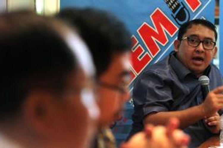 Wakil Ketua Umum Partai Gerindra Fadli Zon (kanan) bersama anggota Panja RUU Pilkada P-PAN Yandi Susanto (tengah) berdiskusi mengenai polemik pemilihan kepala daerah (pilkada) langsung atau tidak langsung, di Jakarta, Sabtu (13/9/2014). DPR tengah menggodok RUU tentang pelaksanaan pilkada, yang terdapat wacana akan menghapus pemilihan langsung oleh rakyat dan mengembalikan wewenangnya lewat DPRD.