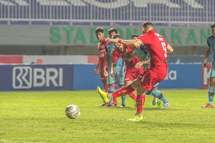 Penyerang Persija Jakarta, Marko Simic mencetak gol lewat titik putih pada laga lanjutan pekan keempat Liga 1 2021-2022 kontra Persela Lamongan di Stadion Pakansari Cibinong, Kabupaten Bogor, Jumat (24/9/2021) malam WIB.