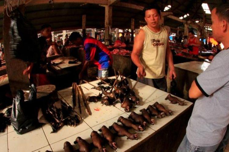 Susana di dalam pasar tradisional Tomohon, Sulawesi Utara, Minggu (29/7/2012). Pasar ini menjual berbagai jenis daging hewan untuk dijadikan santapan. Beberapa hewan yang tidak lazim dimakan seperti ular, kelelawar, tikus, hingga kera juga kerap dijual di pasar ini.