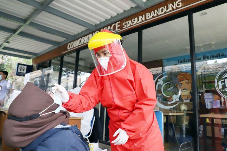 Calon penumpang kereta api jarak jauh sedang melakukan rapid test antigen di stasiun (dok. PT Kereta Api Indonesia).