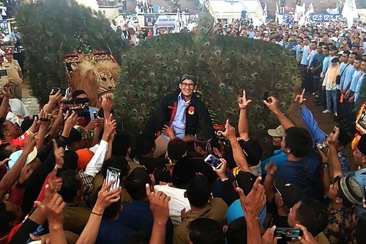 Calon wakil presiden Sandiaga Uno di naikkan ke atas reog saat melakukan kampanye di Gor Ki Mageti Kabupaten Magetan Jawa Timur.