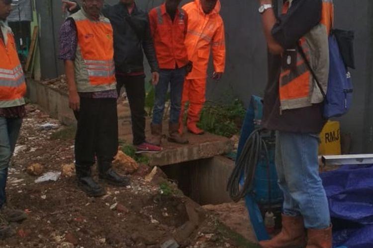 Pelaksana proyek Tol Becakayu bangun bak kontrol di wilayah RW 011, Kelurahan Cipinang Melayu, Kecamatan Makasar, Jakarta Timur, guna atas banjir di wilayah setempat, Jumat (6/12/2019).