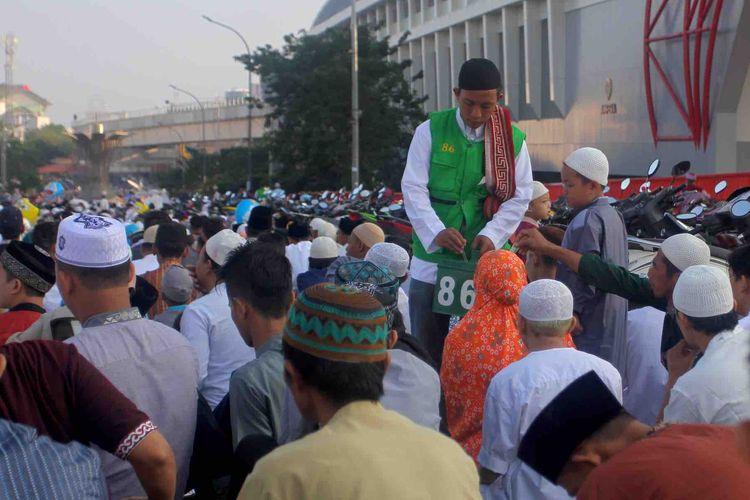 Petugas masjid Agung Sultan Mahmud Badaruddin II Palembang membawa celengan ke atas jembatan Ampera, Rabu (5/6/2019). Celengan tersebut, biasanya akan diisi sumbangan oleh para jemaah yang hadir.