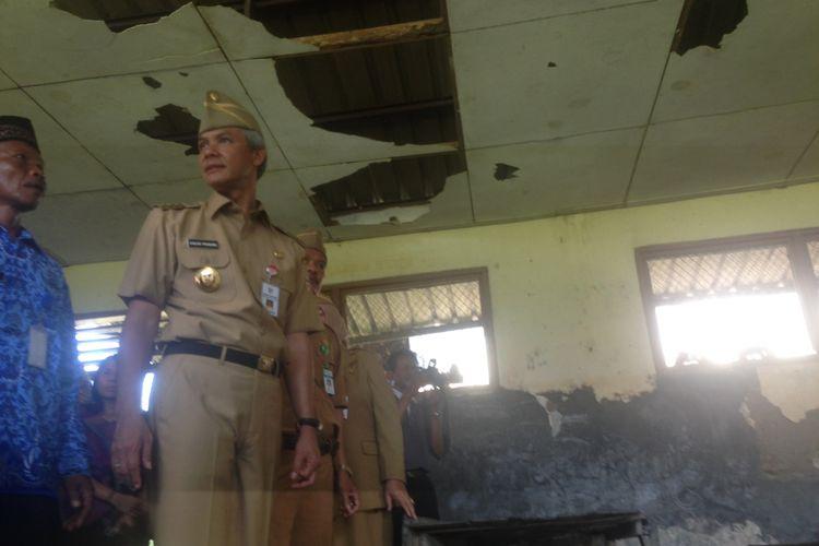 Gubenrur Jawa Tengah Ganjar Pranowo meninjau ruang sekolah yang rusak di SDN1 Mlowokarangtalun, Grobogan, seusai peringatan Hardiknas, Selasa (2/5/2017)