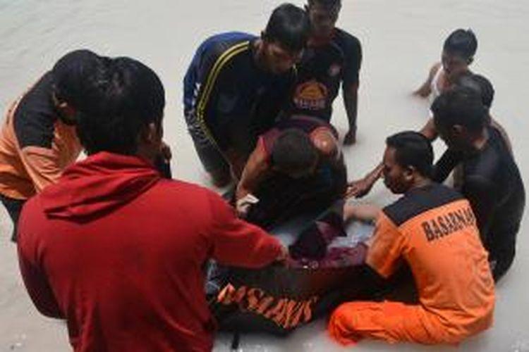 Tim pencari dari Tagana Singkawang di bantu SAR Sintete saat melakukan evakuasi korban tenggelam yang berhasil ditemukan setelah melakukan pencarian di Danau Biru, Singkawang, Kalimantan Barat (12/9/2013)
