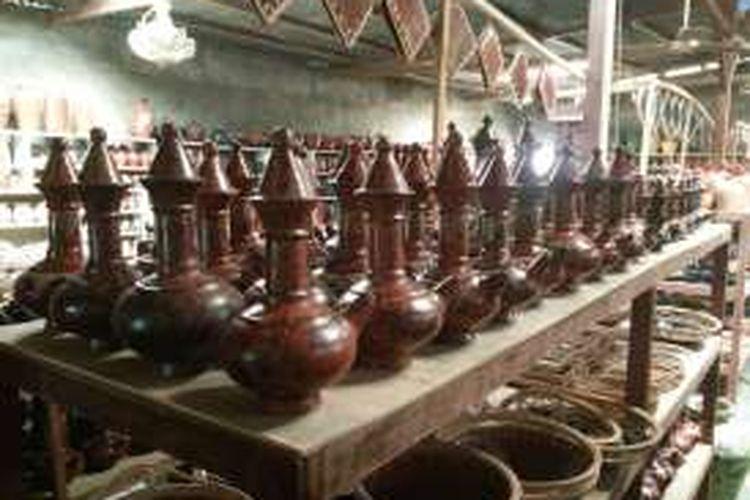Kendi Maling yang diproduksi oleh masyarakat Desa Banyumulek, Kecamatan Kediri, Kabupaten Lombok Barat, Nusa Tenggara Barat.