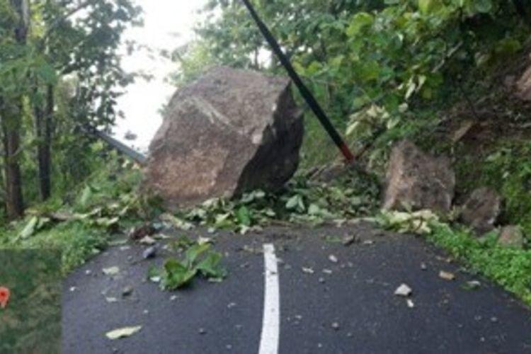 Batu Besar Menutup Jalan Kabupaten Penghubung Desa Mertelu dan Desa Watugajah, Kecamatan Gedangsari, Gunungkidul