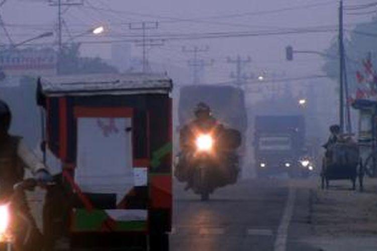 Kabut asap makin tebal menyelimuti kawasan Ogan Ilir, Sumatera Selatan. Kabut asap membuat jarak pandang menjadi sangat terbatas, terutama di pagi hari.