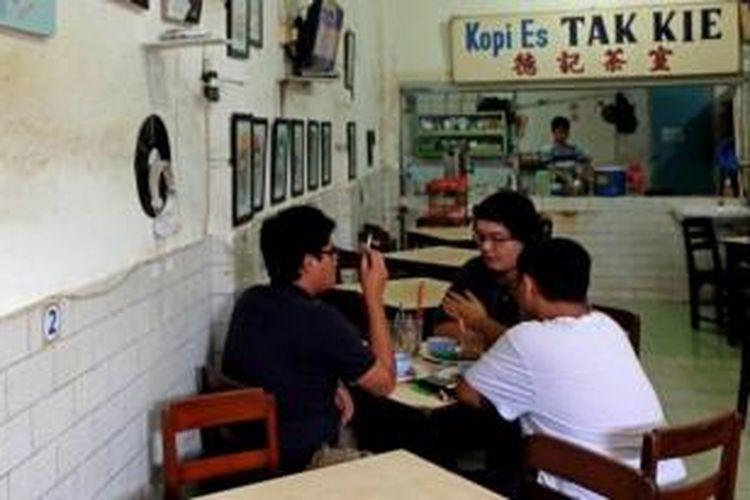 Segelas kopi es dari sebuah kedai yang membekukan tengara denyut pecinan terlawas di Jakarta.