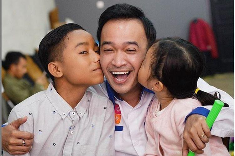 Pembawa acara Ruben Onsu bersama Betrand Peto, dan putrinya Thalia.