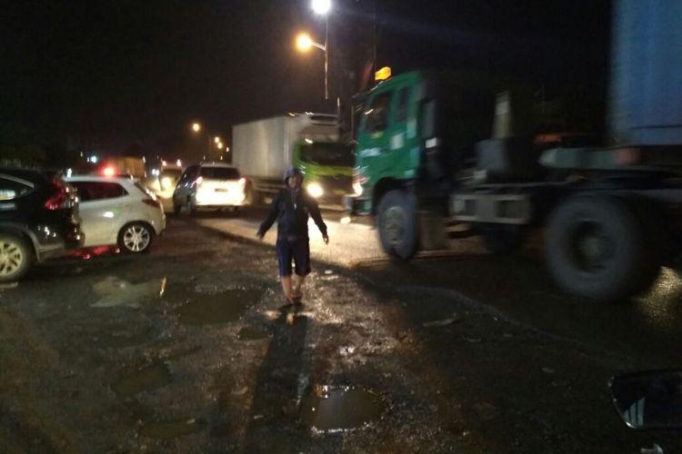 Rusaknya akses menuju gerbang tol Karawang Timur 1 menyebabkan laju kendaraan tersendat. Pada jam berangkat dan pulang kerja, kemacetan berimbas pada Jalan Raya Klari-Cikampek.
