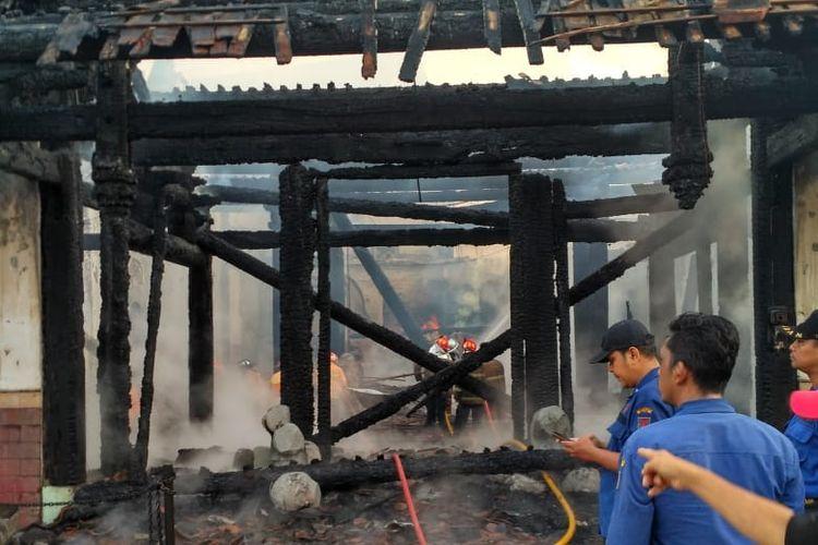 Bangunan rumah Abu Tjie Lam Cay terbakar pada Kamis (21/3/2019) pagi hari tadi.
