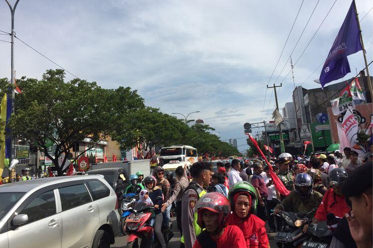 Arus lalu lintas tersendat di Jalan Margonda, Depok, Kamis (11/4/2019).