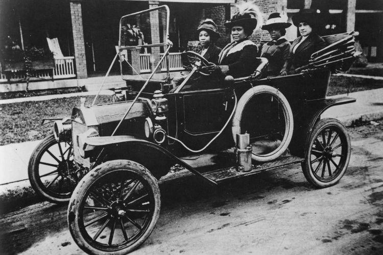 Madam C.J. Walker duduk di kursi pengemudi pada1911. (NY Public Library via Timeline)