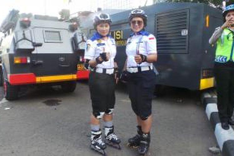 Dua polwan bersepatu roda mengamankan jalannya May Day di Bundaran HI, Jakarta, Jumat (1/5/2015).