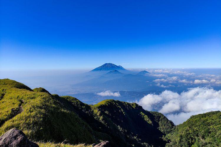 Pemandangan 4 gunung dari Gunung Ungaran.
