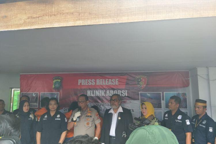 Konferensi pers pengungkapan klinik aborsi ilegal di daerah Paseban, Jakarta Pusat, Jumat (14/2/2020).
