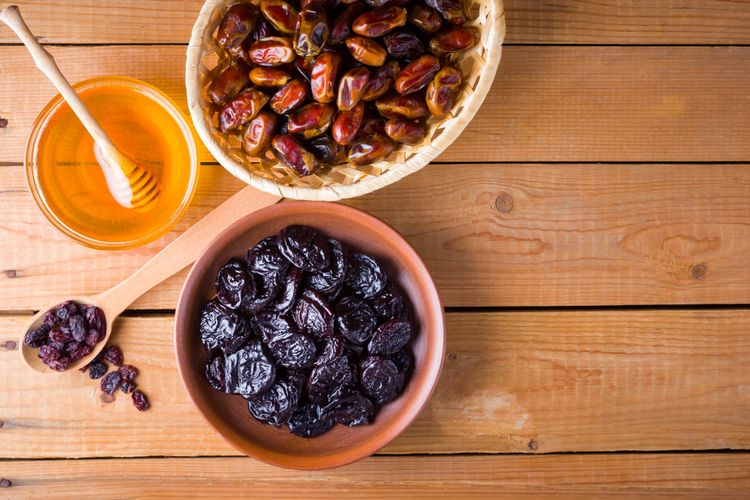 Ilustrasi buah kurma dan madu