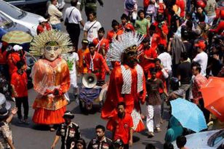 Peserta pawai China Town Art Festival 2012 melintas di kawasan Glodok, Jakarta Barat, Minggu (21/10/2012). Festival tersebut merupakan ungkapan rasa syukur terhadap dewa rezeki yang merupakan budaya Cina.