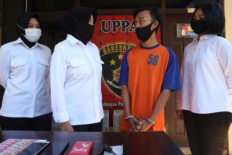 Sosok CA (32), laki-laki yang didiuga menjadi pelaku bisnis prostitusi online, saat berada di depan Kantor Unit Perlindungan Perempuan dan Anak (PPA) Mapolres Jombang, Jawa Timur, Senin (27/7/2020).