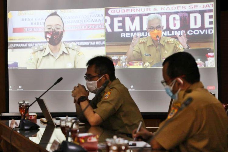 Gubernur Jawa Tengah (Jateng) Ganjar Pranowo saat melaksanakan rapat perdana Rembug Desa pada Senin (19/7/2021) bersama sejumlah 227 lurah dan kepala desa sekabupaten Banjarnegara.