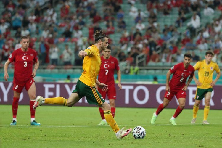 Gareth Bale saat hendak melakukan tendangan penalti dalam pertandingan Turki vs Wales di Stadion Olimpiade, Baku, Azerbaiijan, Rabu (16/6/2021) malam WIB.