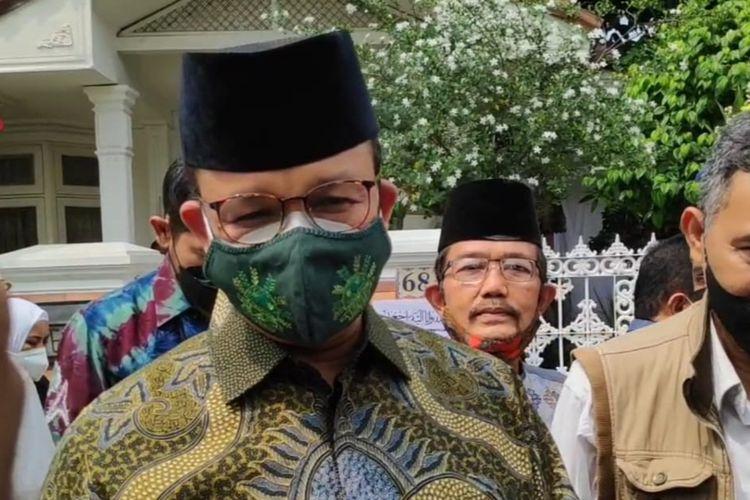 Gubernur DKI Jakarta Anies Baswedan mendatangi rumah duka penyanyi legendaris Elly Kasim di Jalan Beton No 68, Kayu Putih, Pulogadung Jakarta Timur, Rabu (25/8/2021).