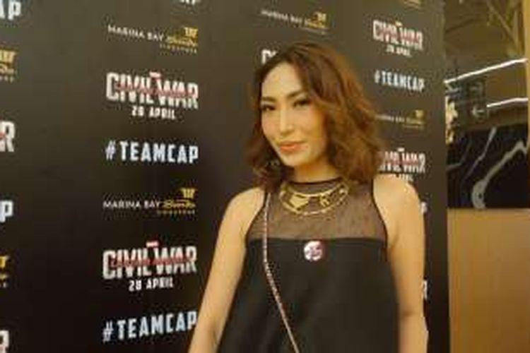Pembawa acara Ayu Dewi menghadiri acara tur promosi film Captain America: Civil War di Marina Bay Sands Expo and Convention Centre, Singapura, pada Kamis (21/4/2016).