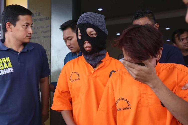 Dua orang tersangka berinisial FS (15) dan HW (19)   dihadirkan dalam rilis kasus penculikan perempuan dibawah umur di Polres Tangerang Selatan, Banten, Sabtu (23/12/2017). Tersangka membawa kabur  seorang perempuan berinisial ASS (13) siswi MTs Muhammadiyah 1 Ciputat, yang dikabarkan telah menghilang selama tiga hari.