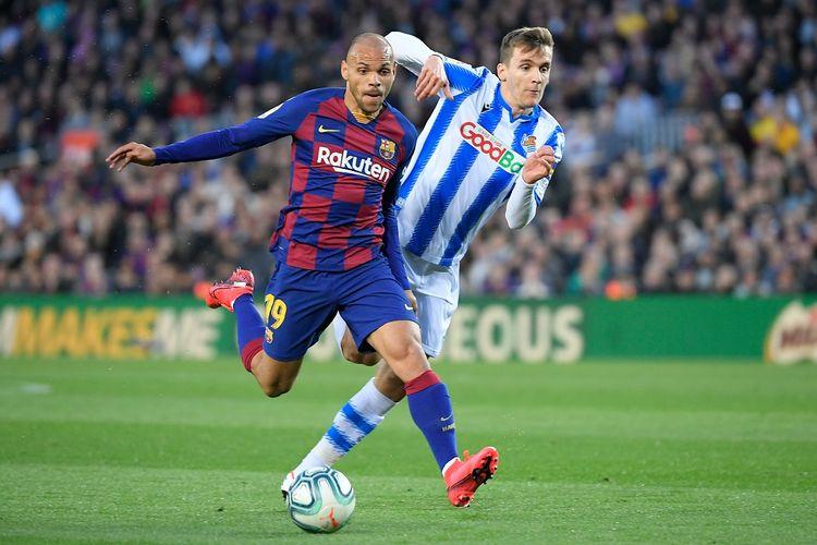 Bek Real Sociedad asal Spanyol Diego Llorente (kanan) menantang pemain depan Barcelona asal Denmark Martin Braithwaite selama pertandingan sepak bola liga Spanyol antara FC Barcelona dan Real Sociedad di stadion Camp Nou di Barcelona pada 7 Maret 2020.