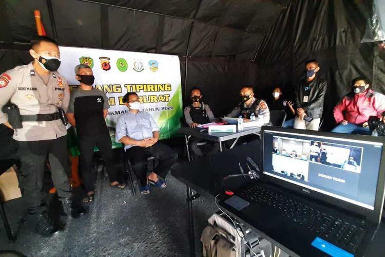 Persidangan virtual bagi pelanggar prokes terhadap terdakwa pengusaha bubur terkenal di Kota Tasikmalaya saat PPKM Darurat di depan Taman Kota Tasikmalaya, Selasa (6/7/2021).