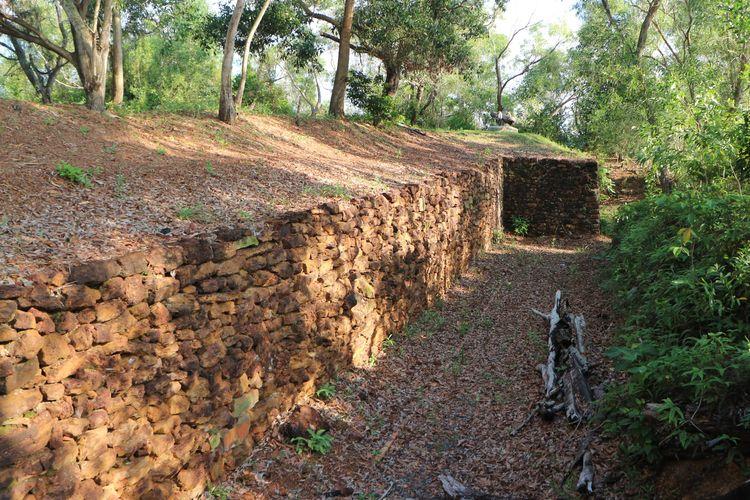 Benteng Bukit Kursi memiliki bentuk benteng yang seperti parit dibangun oleh Raja Haji Fisabililah dan pasukannya mempertahankan diri kala berperang melawan VOC Belanda. Hingga kini batuan yang menyusun benteng tersebut masih kuat dan utuh