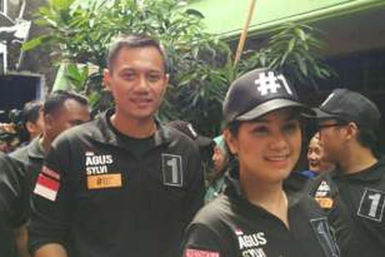 Calon gubernur DKI Jakarta Agus Harimurti Yudhoyono didampingi istrinya, Annisa Pohan, saat mengunjungi permukiman warga di Kelurahan Cipinang Muara, Jatinegara, Jakarta Timur, Sabtu (24/12/2016).