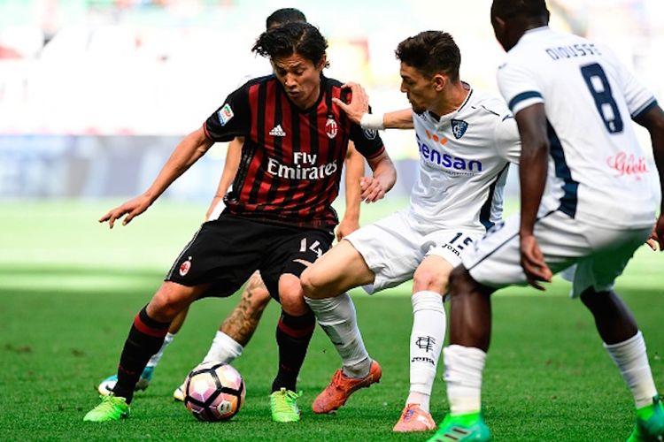 Gelandang AC Milan, Matias Fernandez, mendapat pengawalan dari bek Empoli, Andrea Costa, pada pertandingan Serie A di San Siro, Minggu (23/4/2017).