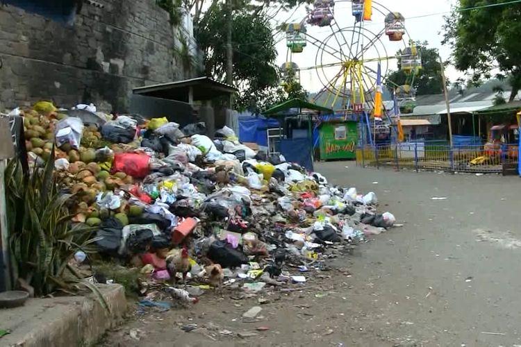 Tumpukan sampah di objek wisata Situ Ciburuy