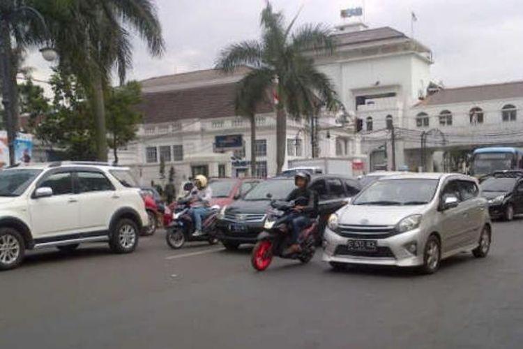 Sejumlh pengendara saat melintas di salah satu ruas jalan di depan Alun-alun Bandung, Rabu (12/10/2016). Titik itu rencananya akan direvitalisasi menyusul banyaknya insiden kecelakaan. KOMPAS.COM/DENDI RAMDHANI