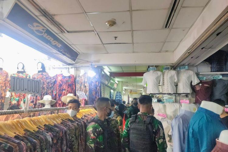 Sejumlah Anggota TNI-Polri berkeliling Blok A Pasar Tanah Abang untuk mengurai kerumunan pengunjung, Minggu (2/5/2021).