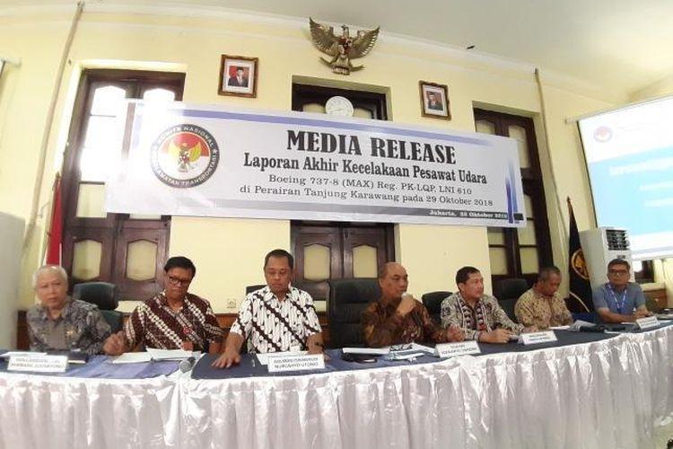 Kasubkom Penerbangan sekaligus investigator dalam kecelakaan Lion Air dengan nomor penerbangan PK-LQP Nurcahyo Utomo (kiri ketiga) saat menjelaskan laporan akhir kecelakaan pesawat Lion Air PK-LQP di Gedung KNKT, Jakarta, Jumat (25/10/2019).