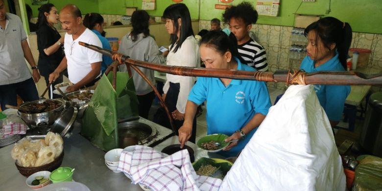 Kedai Nasi Pindang Kudus dan Soto Sapi di Jalan Gajahmada Semarang yang sudah ada sejak 1987 dipenuhi pegunjung, Kamis (19/7/2018).