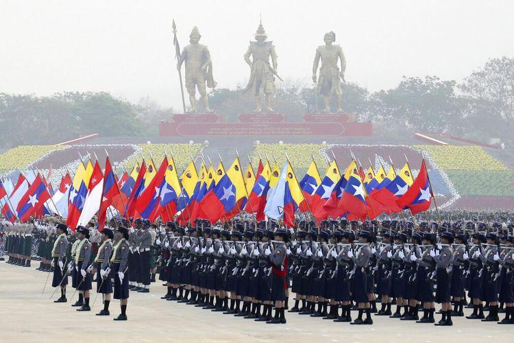 Personel militer berpartisipasi dalam parade pada Hari Angkatan Bersenjata di Naypyitaw, Myanmar, Sabtu, 27 Maret 2021.