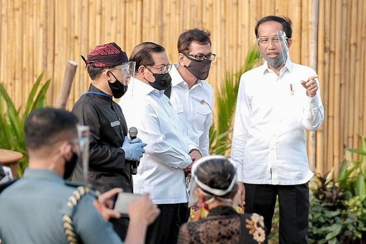 Presiden Joko Widodo bersama Menparekraf Wishnutama Kusubandio, saat melakukan kunjungan kerja ke Banyuwangi, Kamis (25/6/2020).